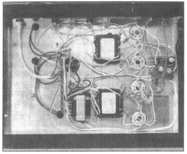 图2示出了本混合功放电路图。在以上对电子管放大器的特殊要点分别进行探讨、说明之后,再来进行整机分析,相信大家是比较好理解的。 图上给出了本立体声放大器一个声道的线路,另一个声道的电路是完全相同的。从原理图上分析本放大器可以分为三部分: 1、电源,这包括电子管放大阳极供电的高压HT、加热傍热式电子管EL34热子(俗称灯丝)的6.3V电压及由变压器T/t经整流获得的-60V直流电压与高压HT组成共同提供晶体管Q1、Q2工作的电源。 2、由电子管V1、V2及周围元件与输出变压器组成的推挽式功率放大级。 3、由